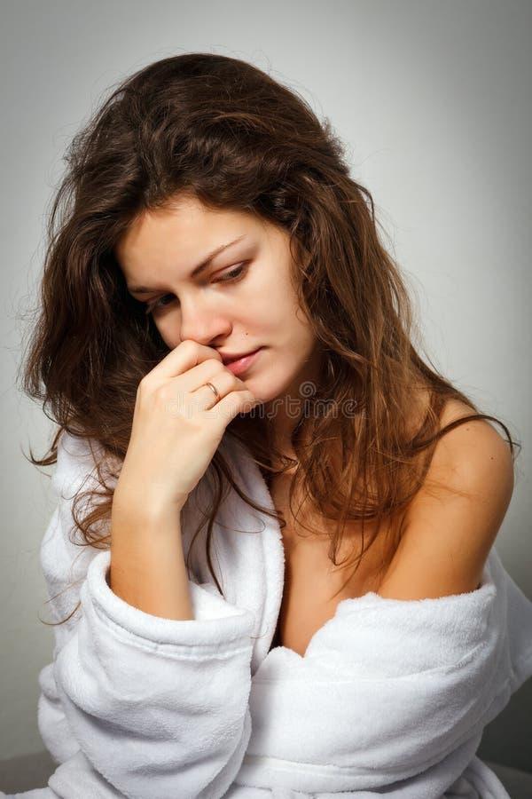 Vrouw die aan depressie lijdt royalty-vrije stock afbeeldingen