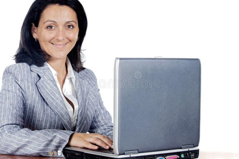 Vrouw die aan een laptop computer werkt stock fotografie