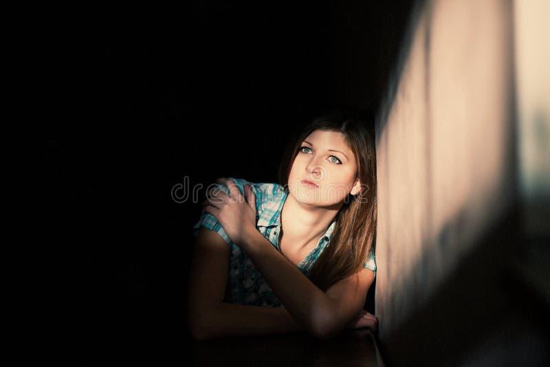 Vrouw die aan een strenge depressie lijden stock foto