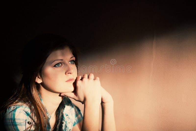 Vrouw die aan een strenge depressie lijden royalty-vrije stock afbeeldingen
