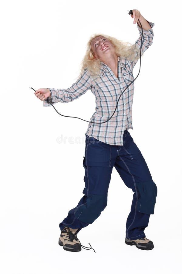 Vrouw die aan elektrocutie lijden stock afbeeldingen