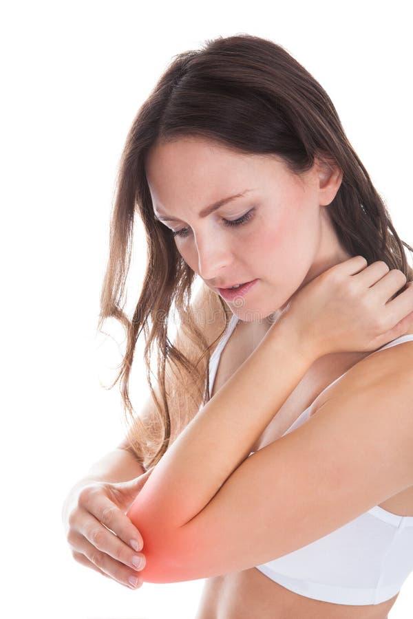 Vrouw die aan elleboogpijn lijden royalty-vrije stock foto