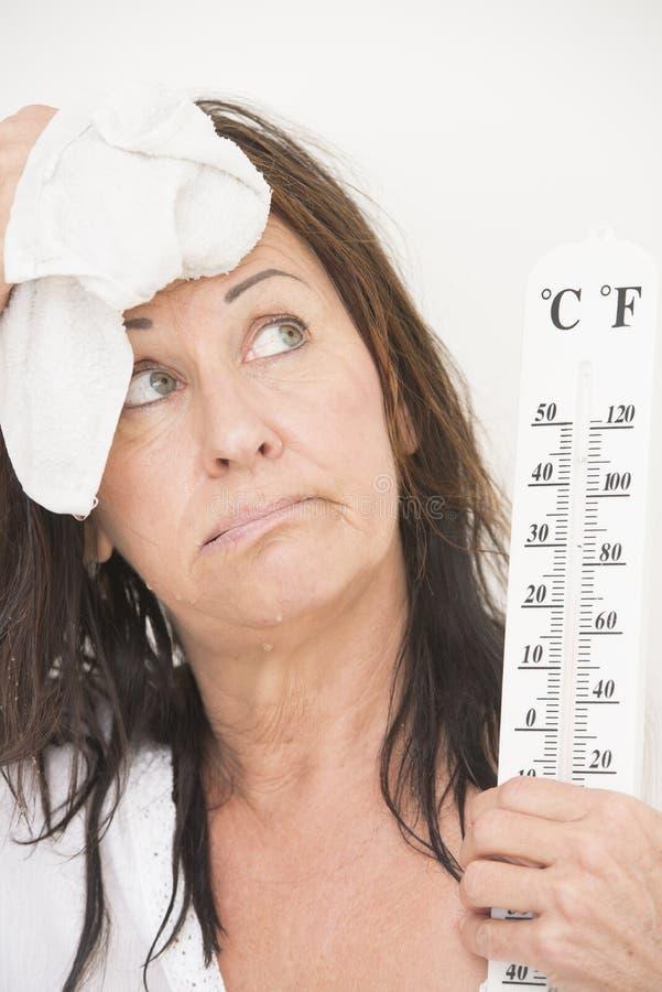 Vrouw die aan hete temperaturen lijden royalty-vrije stock afbeeldingen