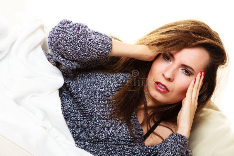Vrouw die aan hoofdpijn lijden die machtsdutje nemen stock foto