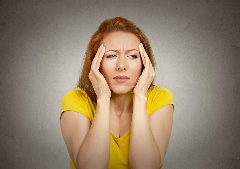 Vrouw die aan hoofdpijn lijdt royalty-vrije stock afbeelding