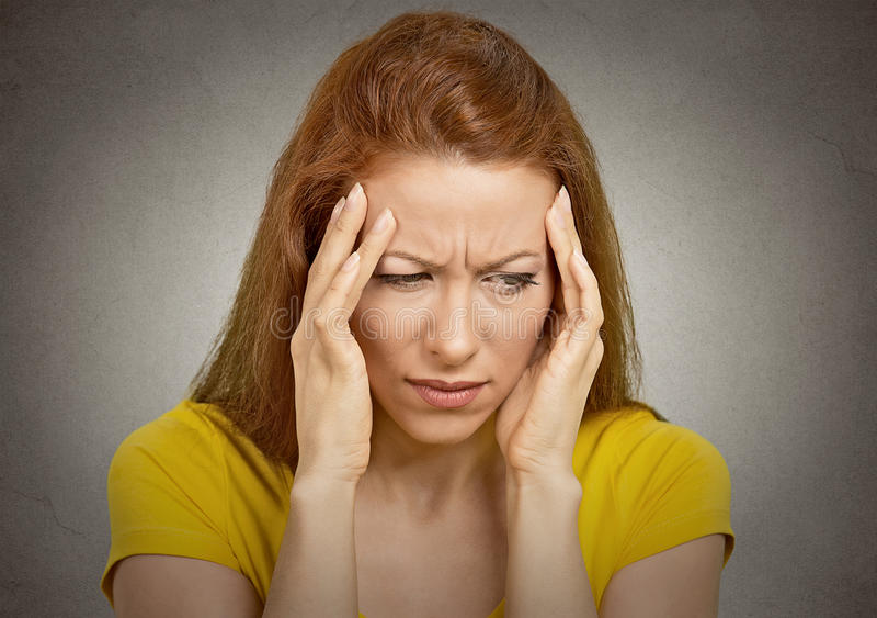 Vrouw die aan hoofdpijn lijdt stock afbeelding