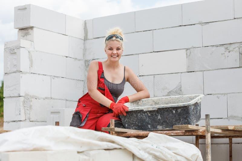 Vrouw die aan huisbouwwerf werken royalty-vrije stock foto