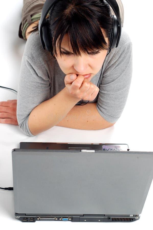 Vrouw die aan laptop #7 werkt stock fotografie