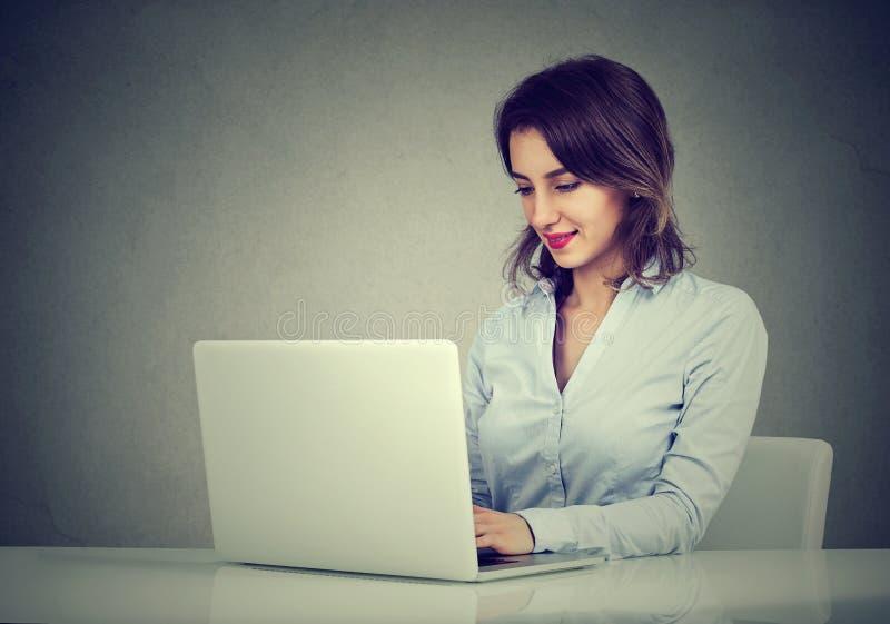 Vrouw die aan laptop computer werkt royalty-vrije stock afbeelding