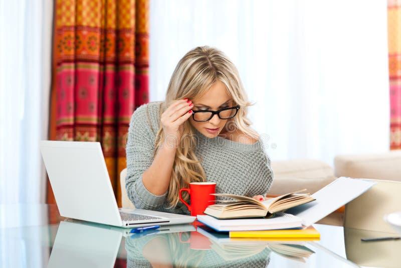 Vrouw die aan laptop thuis werken royalty-vrije stock afbeeldingen