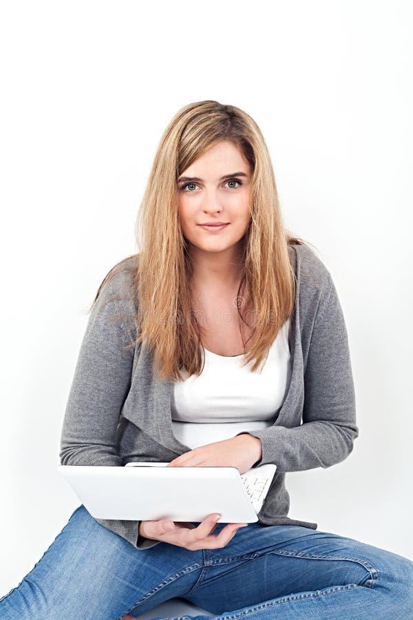 Vrouw die aan laptop werken terwijl het zitten op de vloer royalty-vrije stock fotografie
