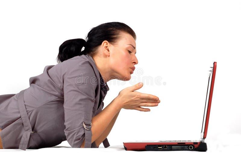 Vrouw die aan laptop werkt   stock afbeeldingen