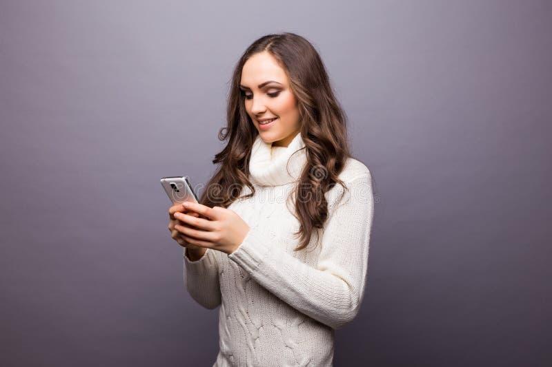 Vrouw die aan muziek dansen die aan telefoon met oortelefoons luisteren stock afbeeldingen