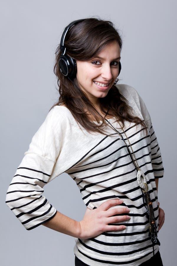 vrouw die aan muziek luisteren stock foto