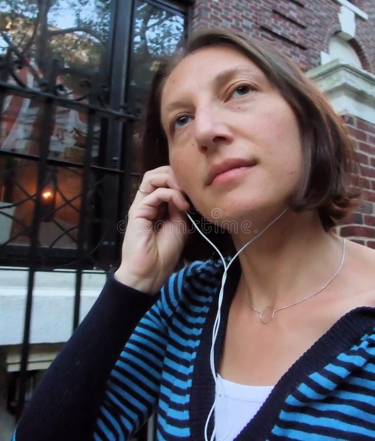 Vrouw die aan Muziek luistert stock afbeeldingen