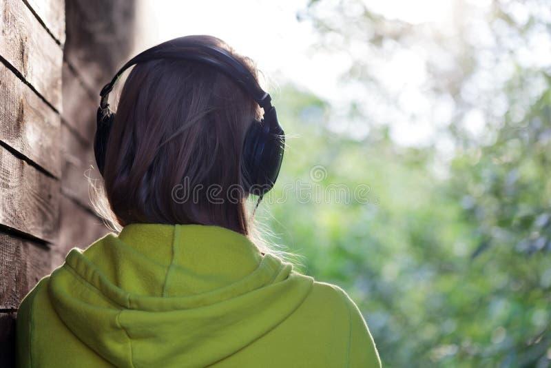 Vrouw die aan muziek luistert openlucht royalty-vrije stock afbeelding