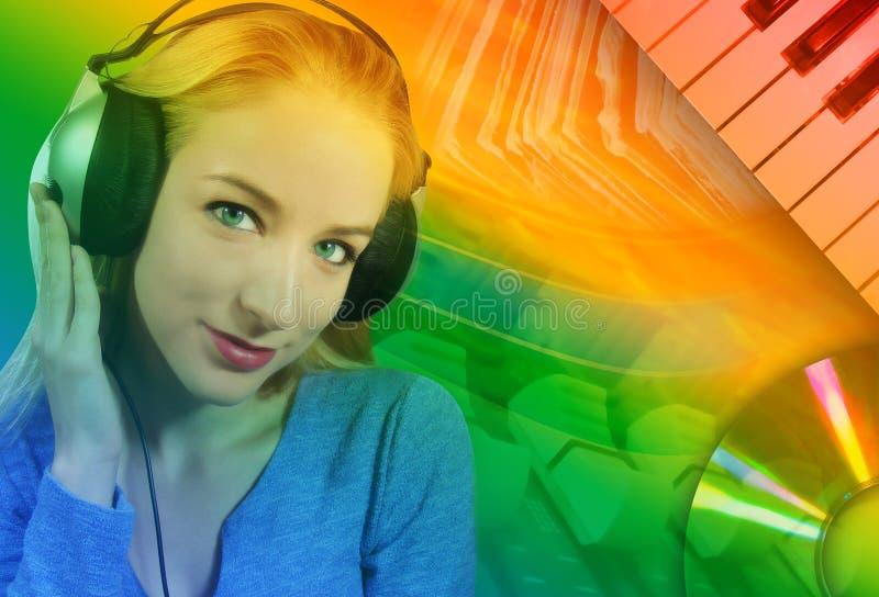 Vrouw die aan Muziek met Abstracte Achtergrond luistert stock foto