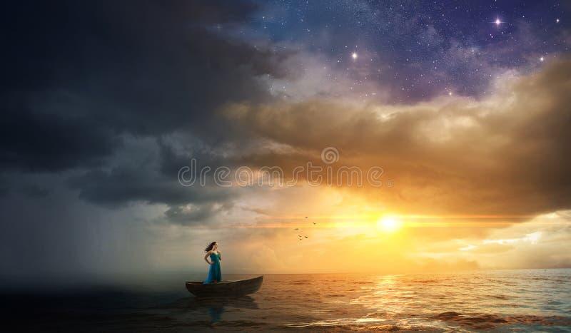 Vrouw die aan onweer ontsnappen royalty-vrije stock afbeelding