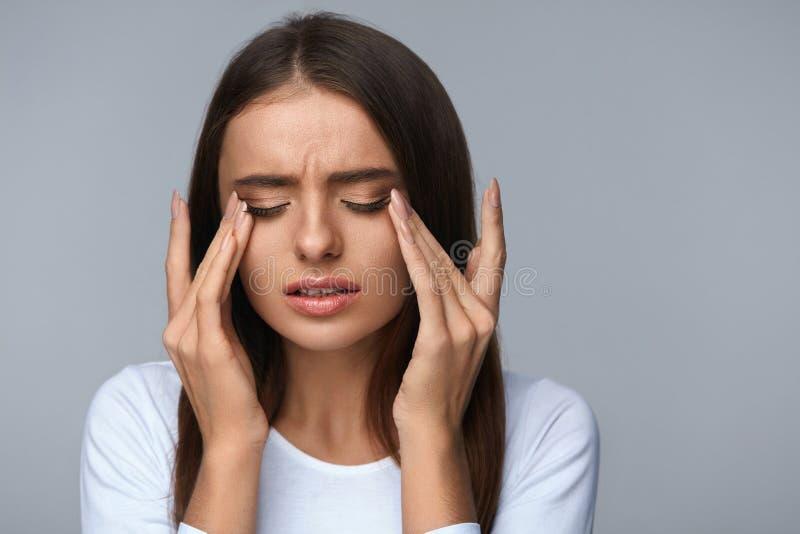 Vrouw die aan Pijn lijden, die Spanning, wat betreft Pijnlijke Ogen voelen stock fotografie
