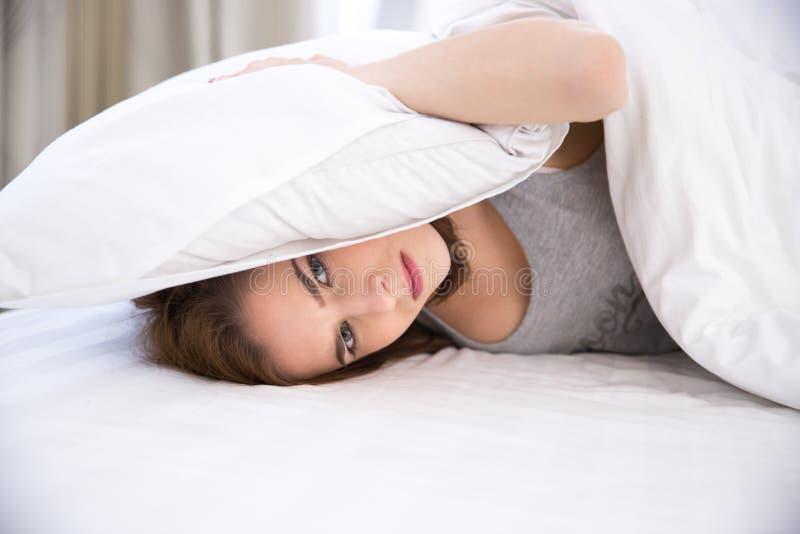 Vrouw die aan slaap kunnen niet stock foto