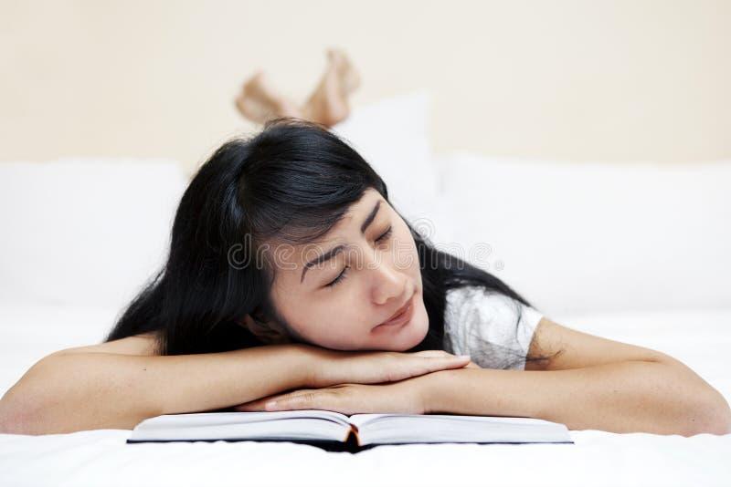 Vrouw die aan slaap valt royalty-vrije stock afbeelding