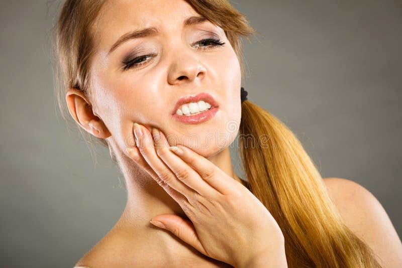 vrouw die aan tandpijn lijden stock afbeeldingen