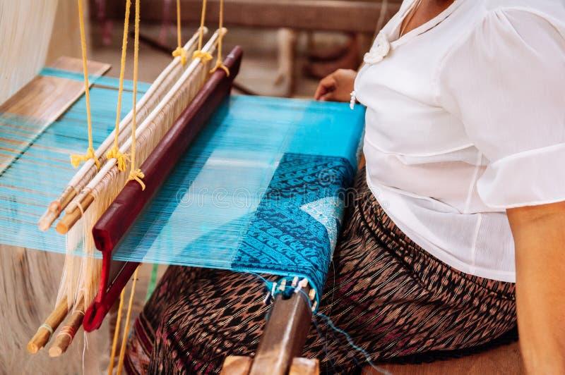 Vrouw die aan Uitstekend houten wevend weefgetouw met zijdevezel werken royalty-vrije stock afbeeldingen