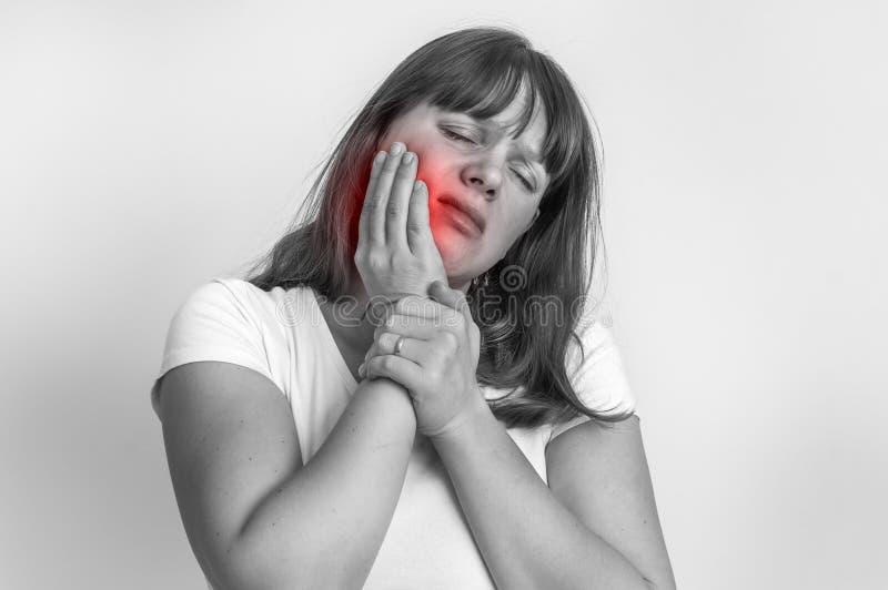 Vrouw die aan zwart-witte tandpijn lijden - royalty-vrije stock afbeelding