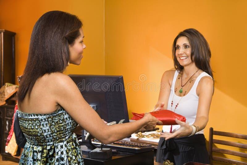 Vrouw die aankoop maakt. royalty-vrije stock foto