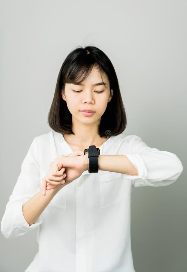 Vrouw die aanrakings digitale klok vooraf vertoning en technologiein mededeling gebruiken stock afbeelding