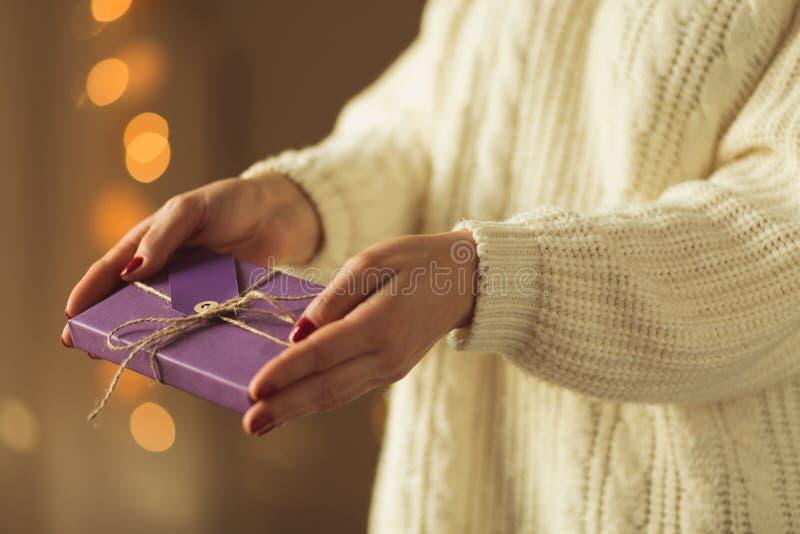 Vrouw die aanwezige Kerstmis geven stock fotografie
