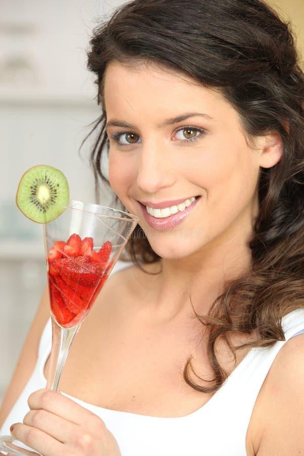 Vrouw die aardbeien eet royalty-vrije stock afbeelding
