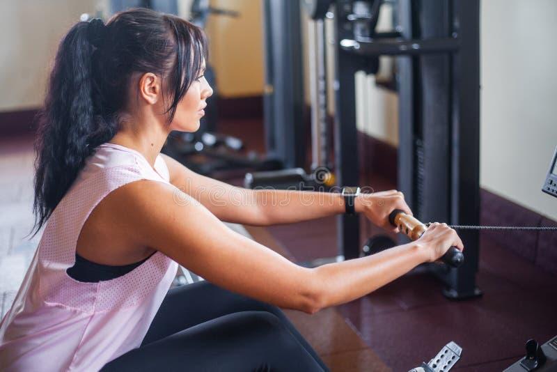 Vrouw die abs oefeningen in een geschiktheidsgymnastiek doen stock foto's