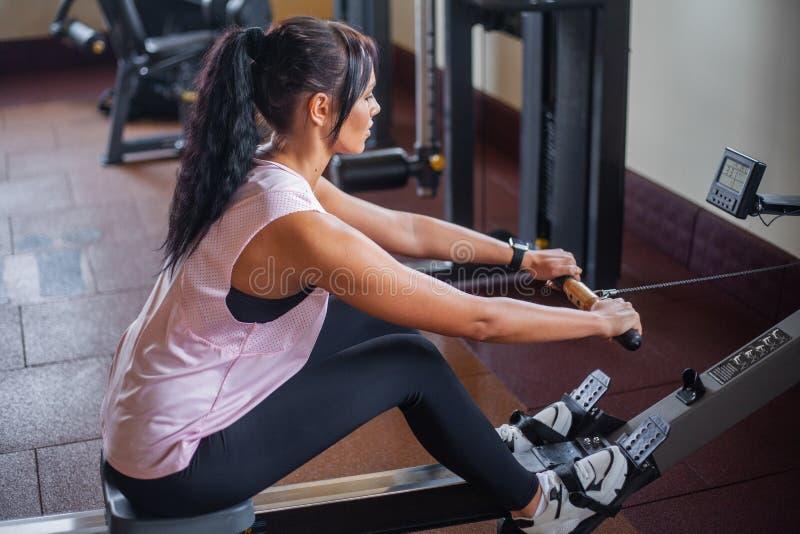Vrouw die abs oefeningen in een geschiktheidsgymnastiek doen royalty-vrije stock foto's
