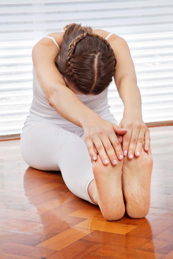 Vrouw die achtergeschiktheidsoefeningen doet stock foto