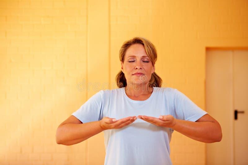 Vrouw die ademhalingsoefeningen doet stock afbeeldingen