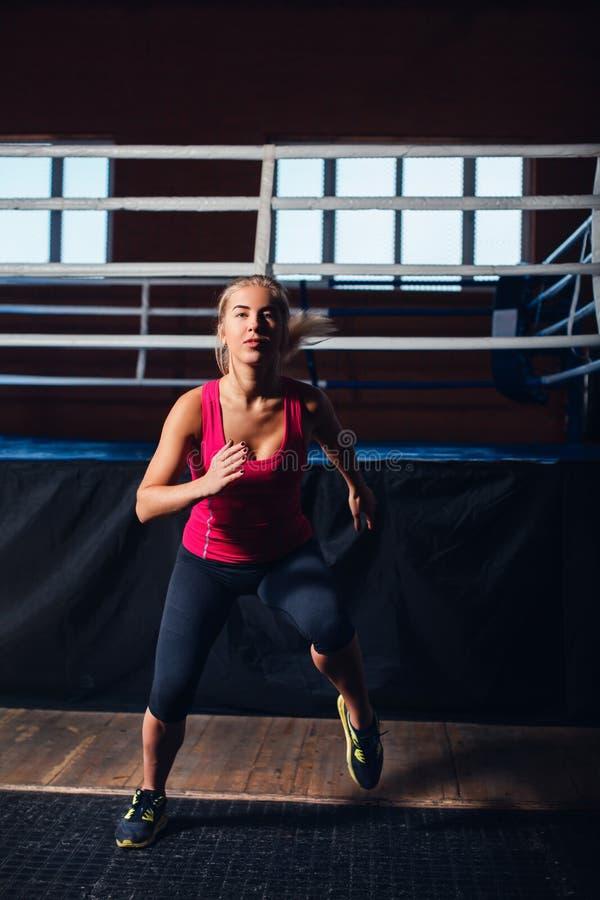 Vrouw die aerobics doet royalty-vrije stock afbeeldingen