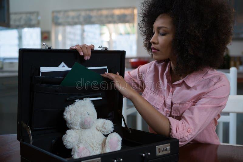 Vrouw die aktentas thuis controleren royalty-vrije stock afbeelding