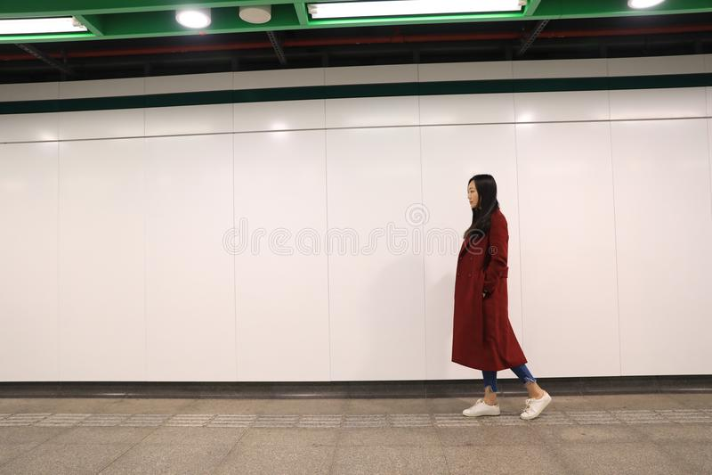Vrouw die alleen bij nacht lopen stock foto's