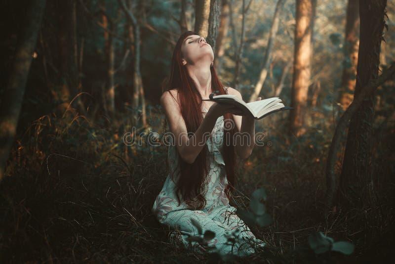 Vrouw die alleen in het bos bidden royalty-vrije stock foto