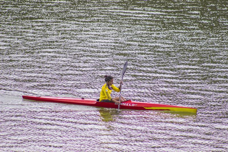 Vrouw die alleen kayaking Kayaker, geniet van royalty-vrije stock foto's