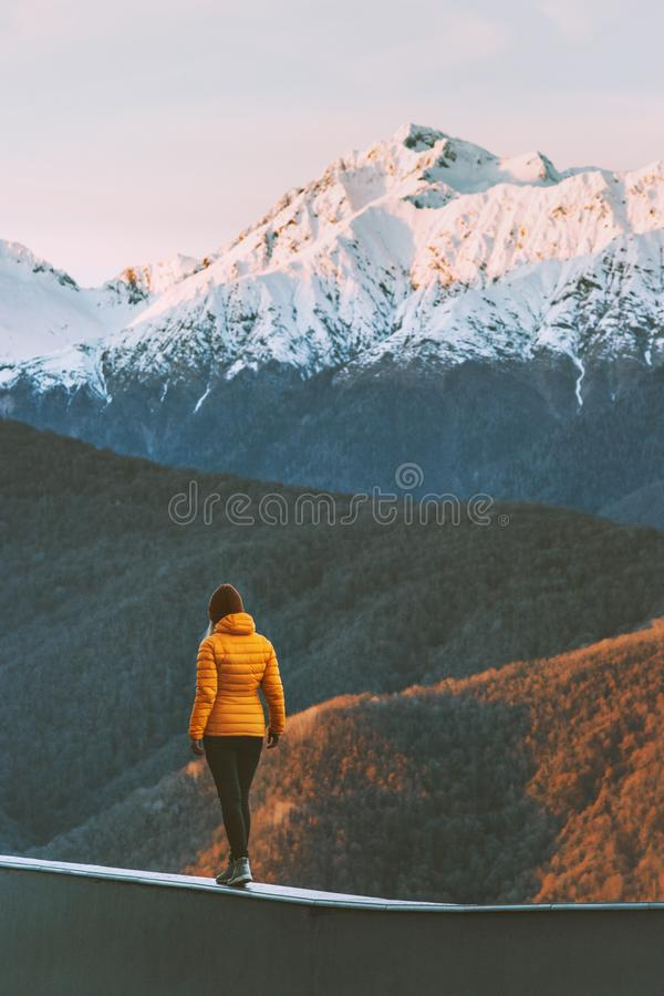 Vrouw die alleen in vakanties van de de levensstijlwinter van zonsondergangbergen de actieve lopen stock foto