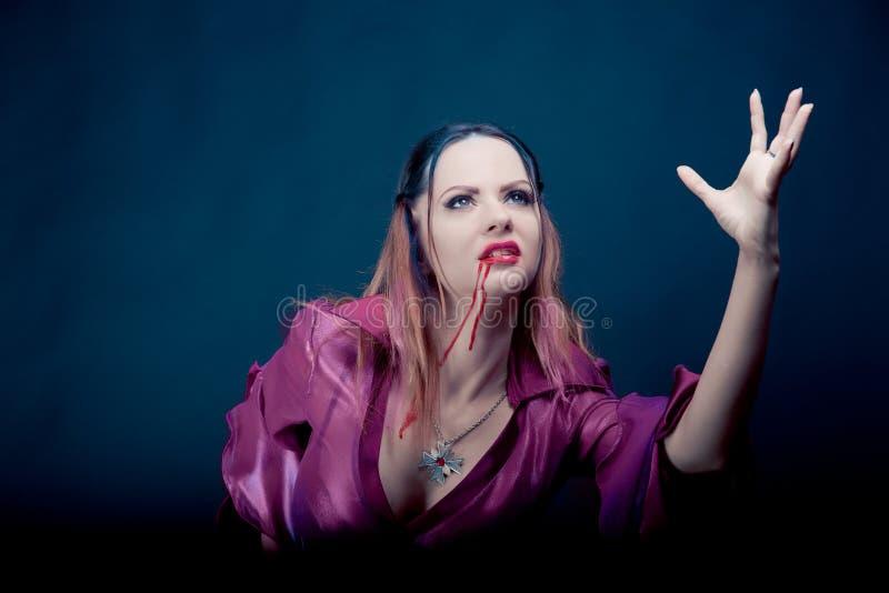 Vrouw die als vampier voor Halloween dragen royalty-vrije stock afbeelding