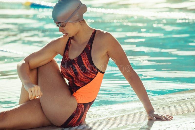 Vrouw die alvorens opleiding te zwemmen opwarmen royalty-vrije stock foto