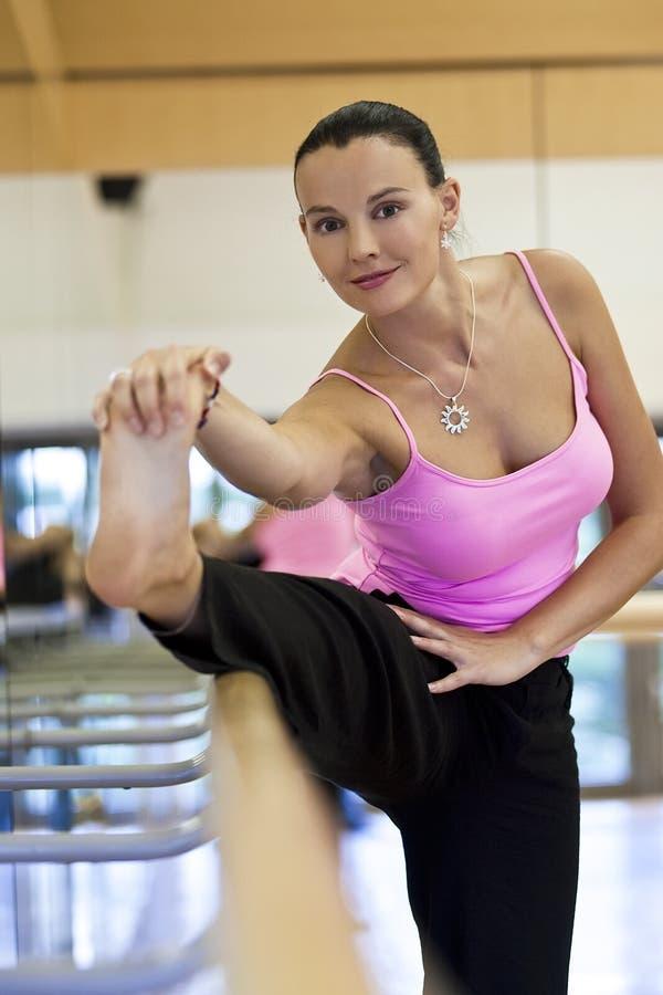 Vrouw die alvorens Te dansen uitrekt zich royalty-vrije stock foto