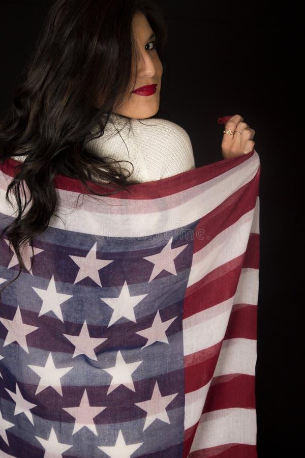 Vrouw die Amerikaanse vlag eeuwige sjaal houden royalty-vrije stock foto's