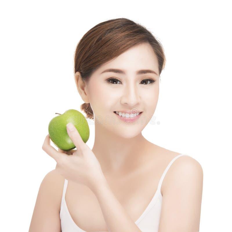 Vrouw die appel eten die op witte achtergrond glimlachen stock foto