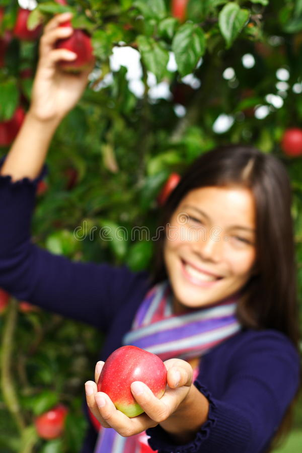 Vrouw die appel geeft stock afbeelding