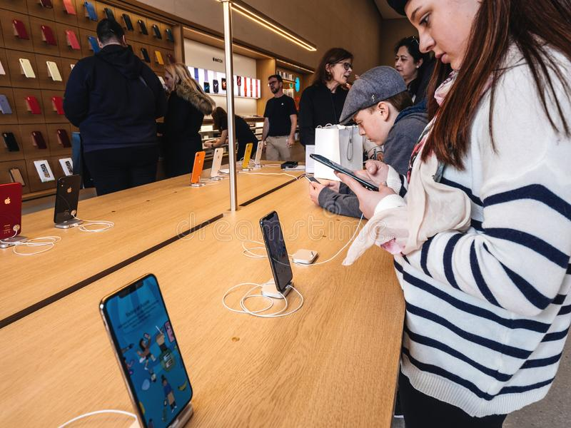 Vrouw die Apple-Computersiphone XS in Apple Store testen stock afbeeldingen