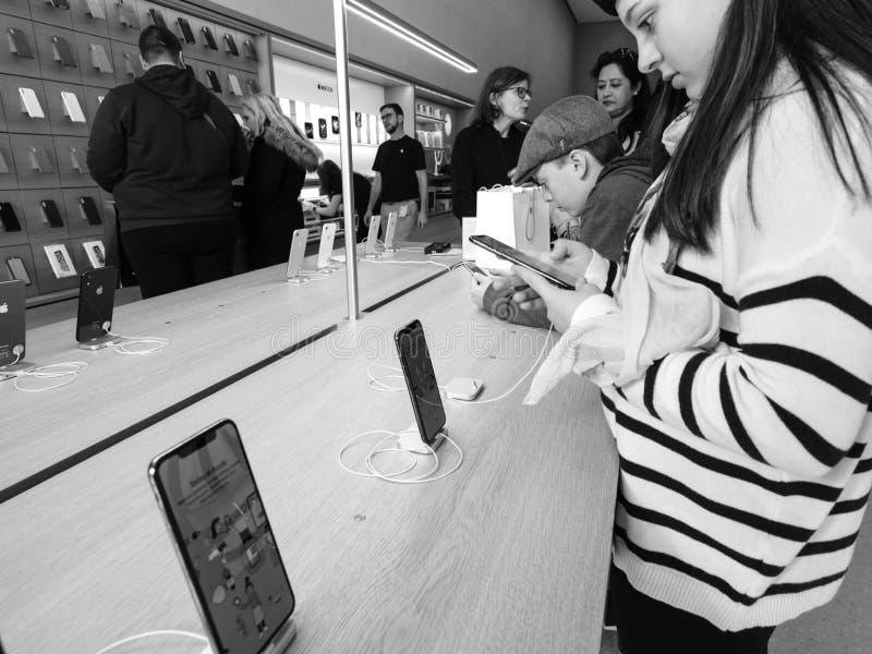 Vrouw die Apple-Computersiphone XS in Apple Store testen royalty-vrije stock foto